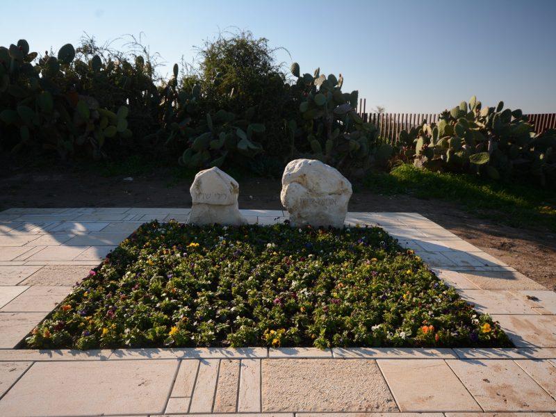 גבעת הכלניות, קבר אריאל ולילי שרון